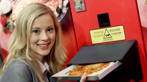 A pizza out of a Pizzomatic vending machine baking and selling pizzas in Cologne/Germany - Photo: AFP